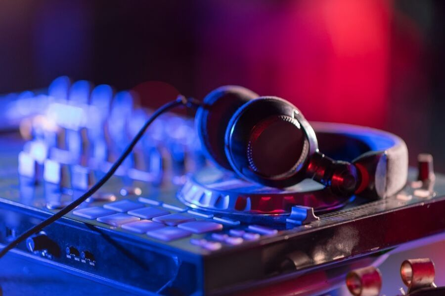 4 Reasons Why You Should Hire a DJ for Your Wedding